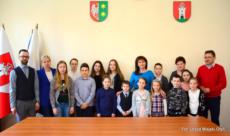 Ilustracja do informacji: Burmistrz nagrodziła uczniów!